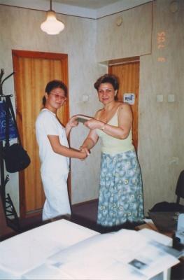 Элеонора получает московский аттестат по программе мэра Москвы Ю.М. Лужкова. Ташкент, 2005